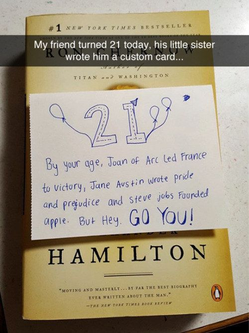 Diese kleine Schwester und ihre Geburtstagskarte. – xD