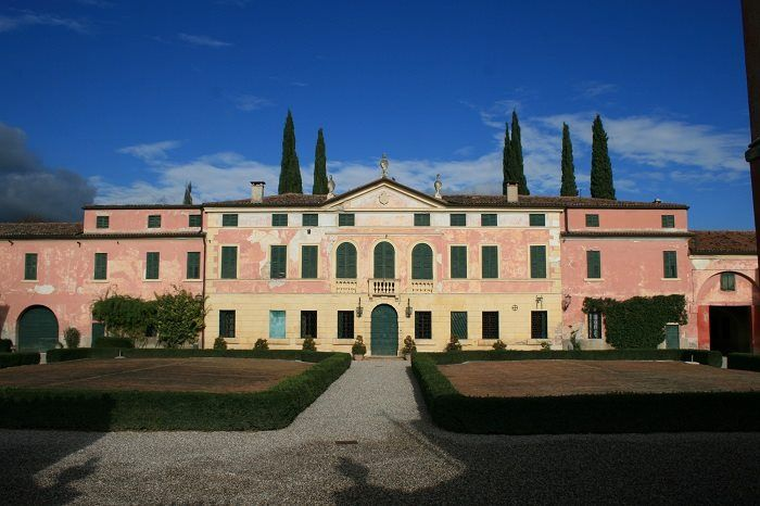 """The beautiful villa of this picture, that dates back to the eighteenth century, is well-located in San Pietro di #Lavagno. The building is shaped like a short of """"U"""", arranged around a central courtyard, now a garden. Curiosity: in the large park of the villa, which still reflects the original eighteenth-century setting, there is an interesting icebox. #illasivalleys #bellissimaterra #solodanoi"""