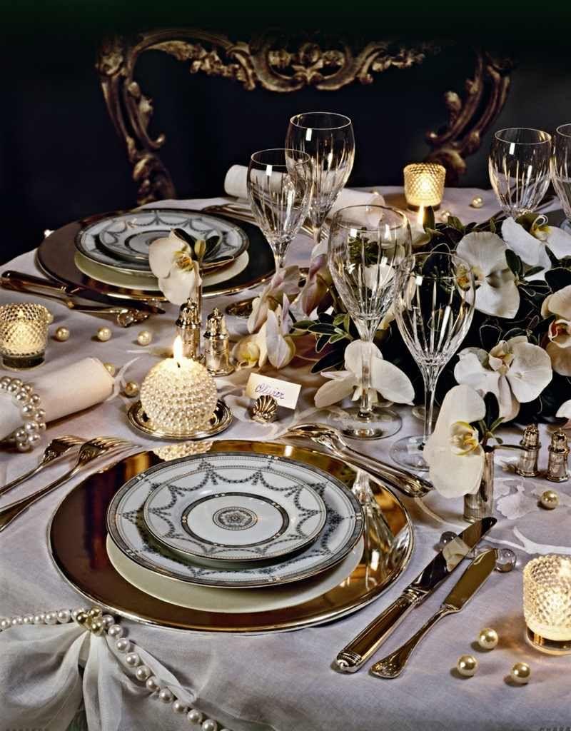 Tischdeko mit Orchideen und goldenen Akzenten