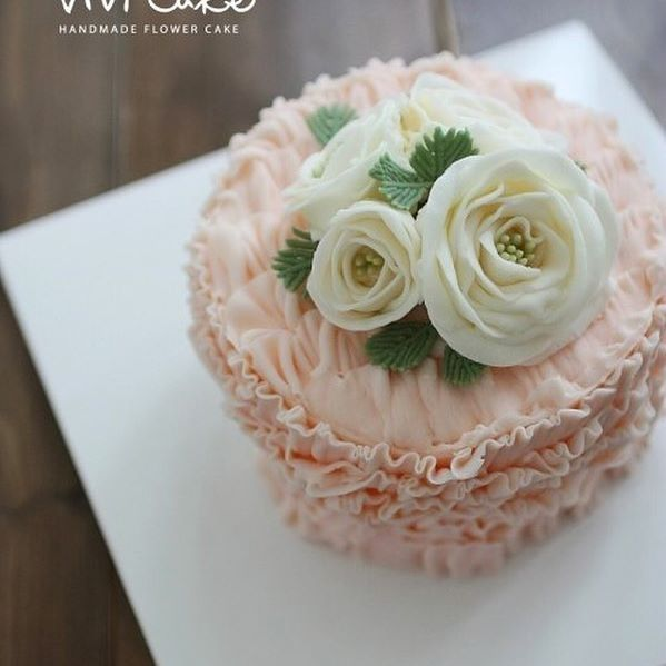 Two years ago made cakes. Buttercream flowercake. . . www.vivi-cake.com 비비케이크^^ #플라워케이크 #flowercake #wilton #cake #decoration #cakedesign #cakeclass #class #korea #koreanstyle #koreanflowercake #koreaflowercake #buttercreamflowercake #cream #baking #flower #wiltoncake #icing #2년전케이크 #내문서