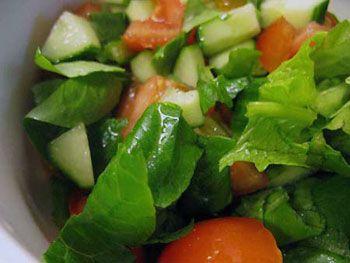 salaattikastiketta tomaatille ja kurkulle