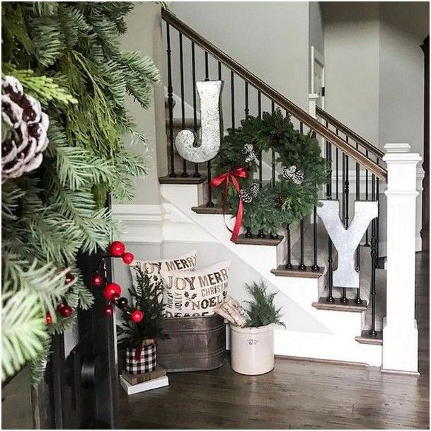 20 Excellent Traditional Staircases Design Ideas: 20 Charming Traditional Christmas Tree Decor Ideas (With
