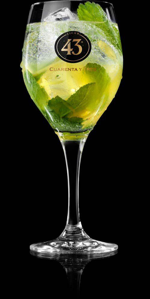 35 ml Licor 43 15 ml citroensap 1 cm geraspte gember 10 muntblaadjes 80 ml bruisend bronwater