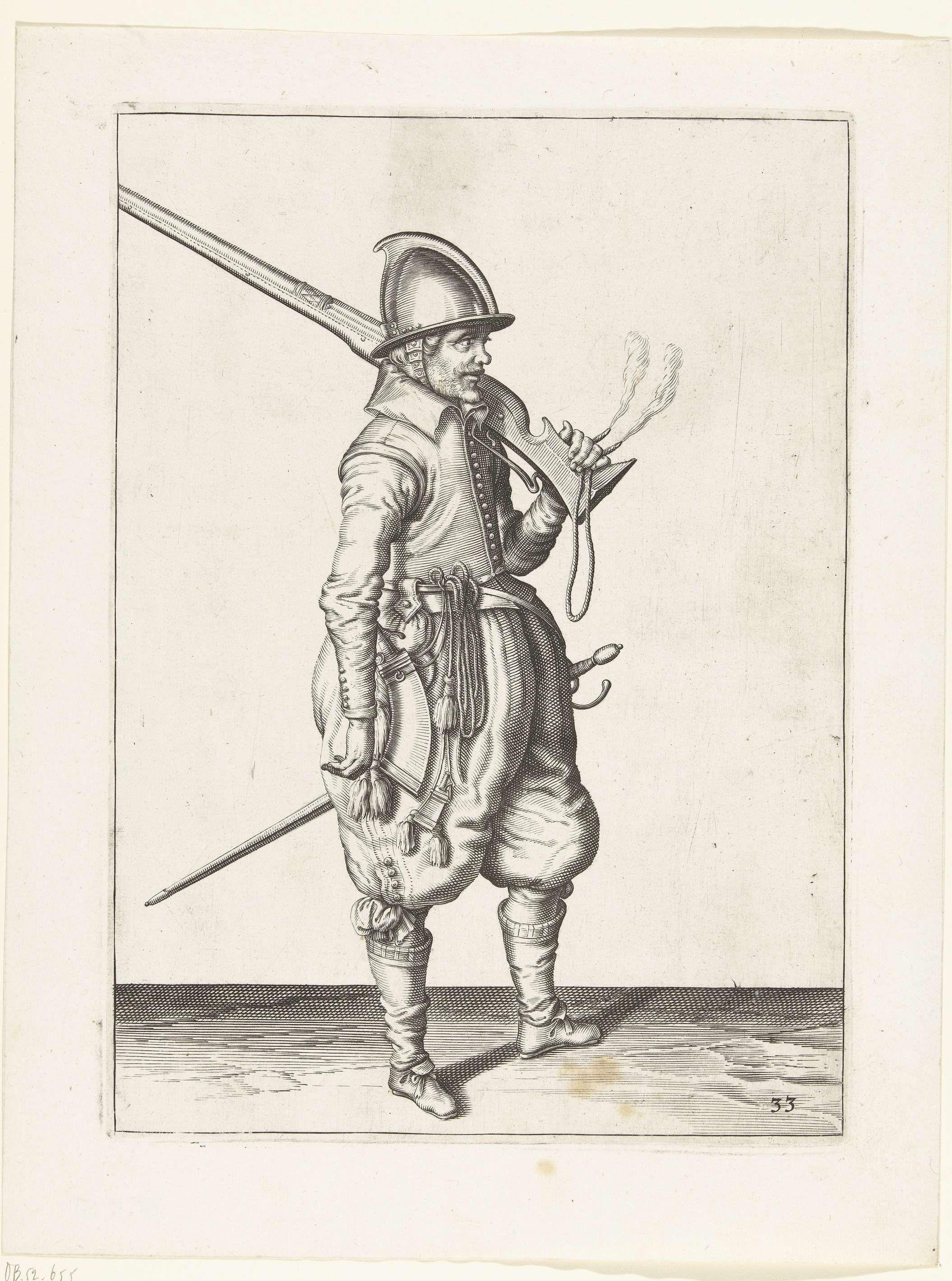 Jacob de Gheyn (II) | Soldaat die zijn roer op zijn schouder draagt, Jacob de Gheyn (II), 1597 - 1607 | Een soldaat, ten voeten uit, naar rechts, met een roer (een bepaald type vuurwapen) steunend op zijn linkerschouder. In zijn linkerhand behalve de kolf van het roer ook een brandende lont. Het gaat dus om dezelfde positie als degene die op de eerste prent van de serie getoond wordt. Deze prent is onderdeel van de reeks van 42 genummerde prenten van roerschutters uit de Wapenhandelinghe.