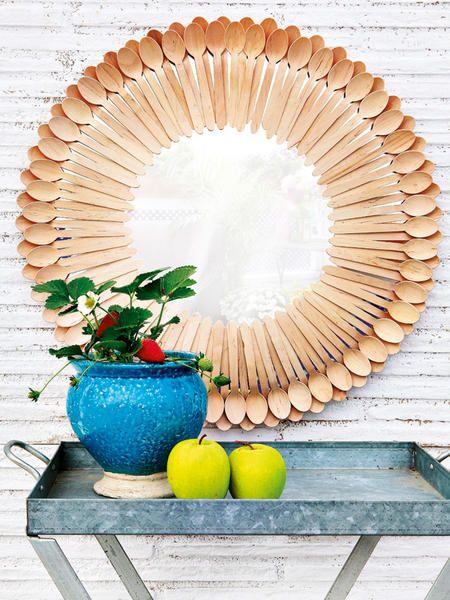 Espejo decorado con cucharitas de madera manualidades de for Ideas para decorar espejos redondos