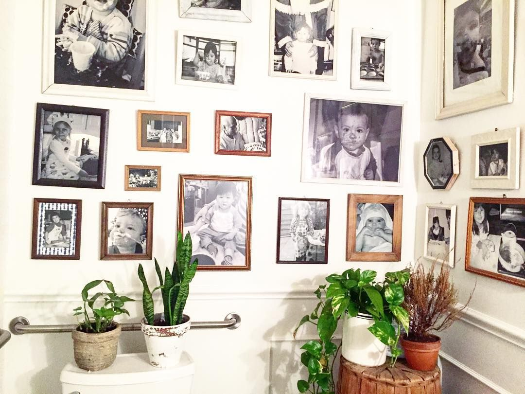 maman-nyc-myspiritualroadtrip-mur-galerie-mur-de-cadres-decoration-salle-de-bains-portraits-de-famille