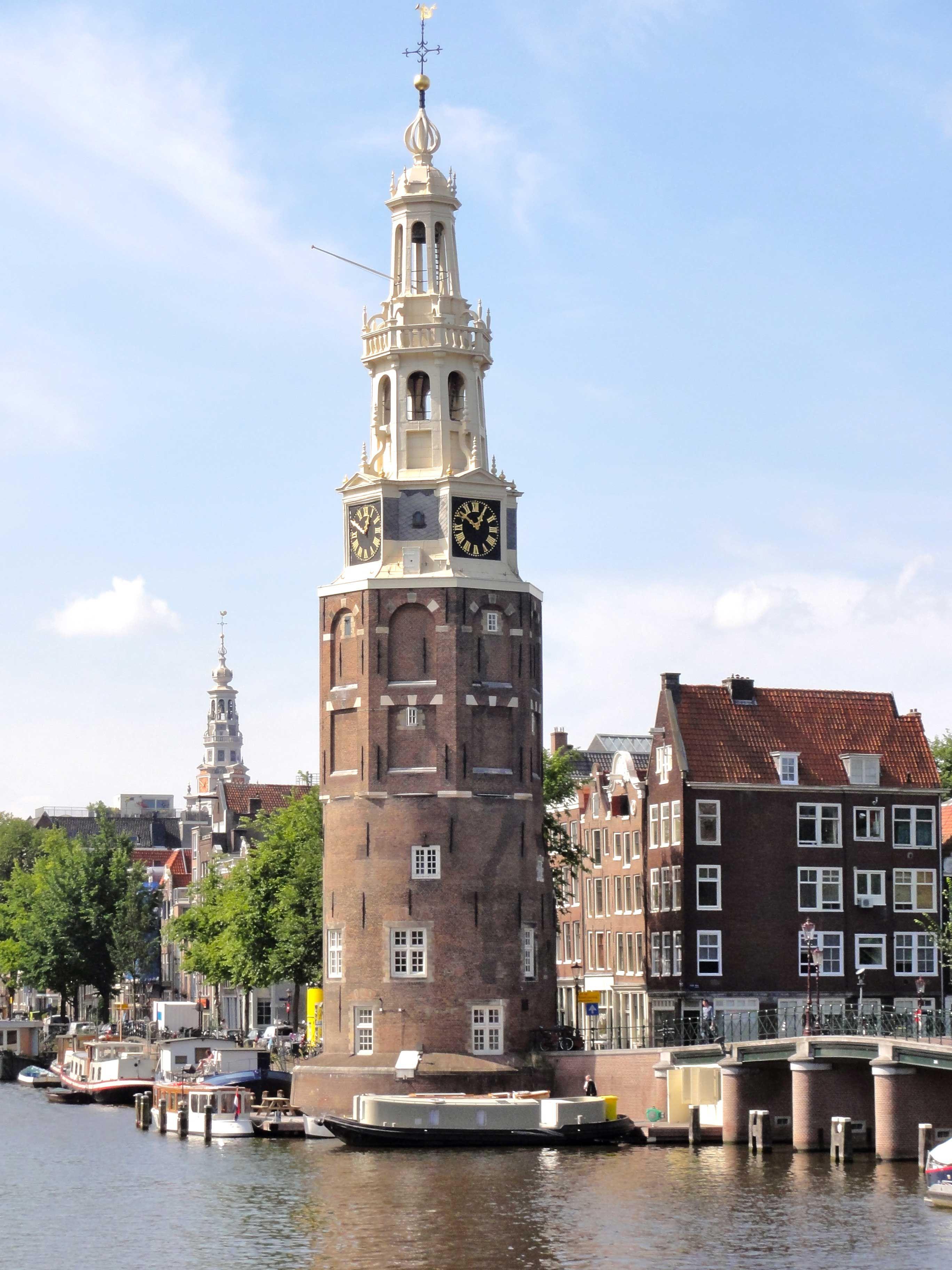 Montelbaanstoren. Een Amsterdamse toren uit 1516 aan de Oudeschans 2. De toren heeft als bijnaam Malle Jaap, omdat de klokken van de toren ooit op onregelmatige tijden spontaan begonnen te spelen.