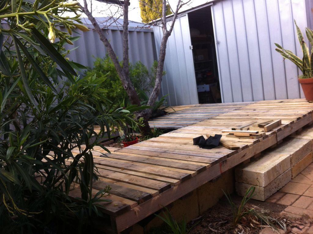 Wood Pallet Backyard Deck | Decks backyard, Pallet decking ...