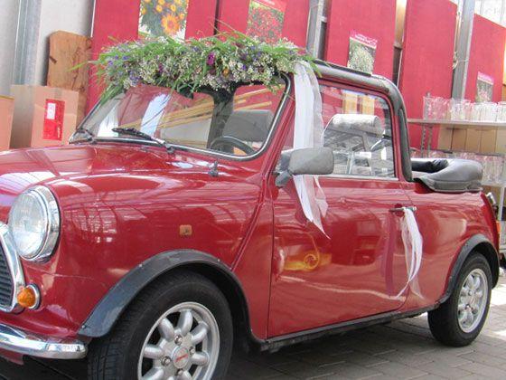 Autoschmuck: Dekoration für das Hochzeitsauto, denn dem Fahrzeug kommt auf der Hochzeit eine besondere Rolle zu.