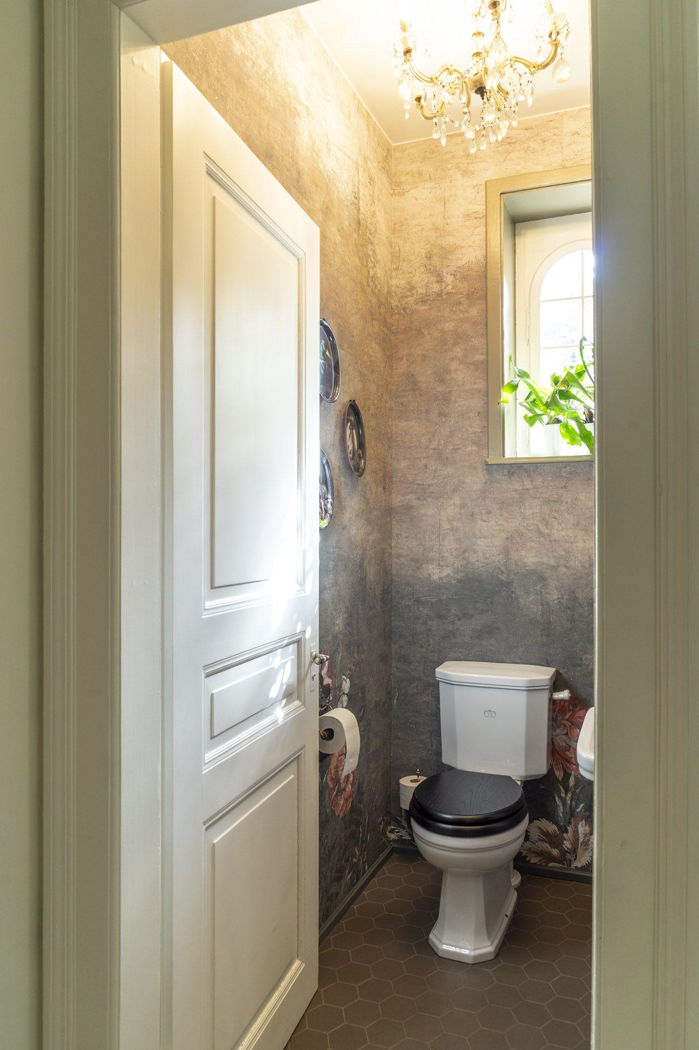 Dieses Nostalgie Wc Verspruht Den Charme Vergangener Stilepochen Es Ist Zeitlos Modern Und Vor Allem Sehr Indiv Gaste Wc Traditionelle Bader Schone Badezimmer