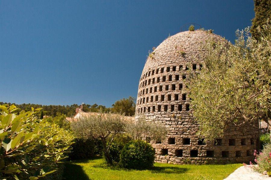 """бельгийский изобретатель Акилле Knapen, который построил большой """"воздушный колодец"""" на вершине 600-метровой горы в коммуне Транс-АН-Прованс, на юго-востоке Франции, между 1930 и 1931."""