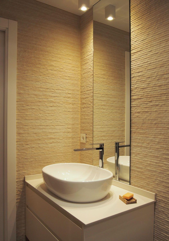 Baño minimalista. Revestimiento en porcelánico imitación laja de piedra. Lavabo sobre encimera de cerámica prensada. Proyecto de interiores diseñado y ejecutado por AZ diseño.