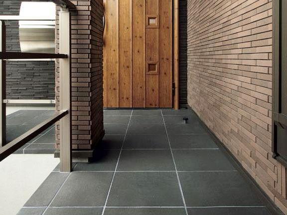 使い込まれた敷瓦をイメージした和モダン調の床タイルです 陶墨染ii