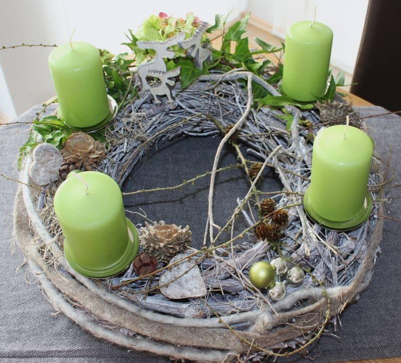adventskranz nat rlich dekoriert mit filzb ndern kleinen hirschen und nat rlichen materialien. Black Bedroom Furniture Sets. Home Design Ideas