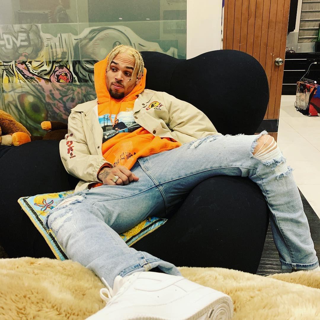 La Imagen Puede Contener 2 Personas Personas Sentadas E Interior Chris Brown Outfits Chris Brown Style Breezy Chris Brown