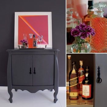 Disfarçada na sala, a cômoda-bar tem desenho inspirado em móveis antigos. Os copos e garrafas com bebidas ficam expostos em cima do móvel e, dentro dele, são guardados o balde de gelo, acessórios do bar e garrafas fechadas.