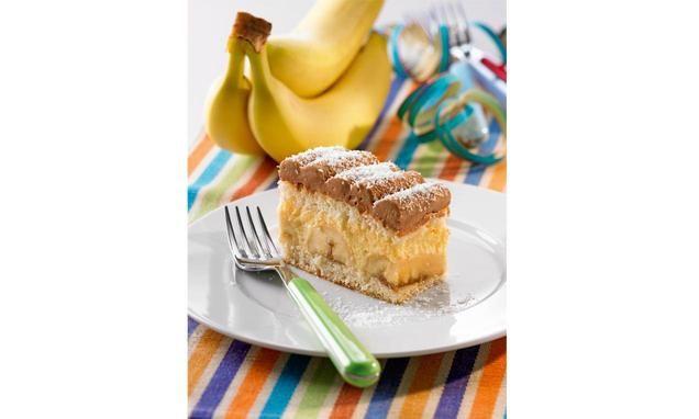 Biskuitmasse mit Vanille-Obers-Creme, Bananen und Milchschoko-Obers