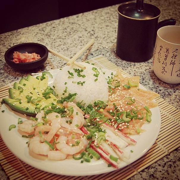 El Gohan consiste en un plato a base de arroz blanco cocido sin ningún ingrediente adicional, que luego se acompaña con una diversidad de alimentos. Personalmente, considero que se trata de una forma muchísimo más sencilla de apreciar los sabores del sushi en roll, pero saltándonos todo el proceso de hacer los rollos. En este caso yo acompañé el Gohan con salmón, camarones, kanikama y  aguacate, sin embargo, lo puedes acompañar con los ingredientes que más prefieras.