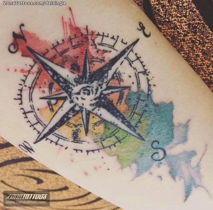Tatuaje De Rosa De Los Vientos Acuarela Zonatattoos Com Rosa De Los Vientos Diseno Del Tatuaje De Lobo Tatuaje De Rosa