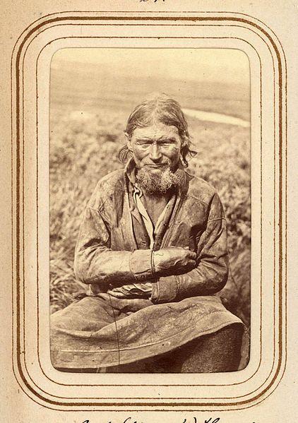 Porträtt av Amund Persson (Menlös) Hunsi, 64 år, Tuorpons sameby. Ur Lotten von Dübens fotoalbum med motiv från den etnologiska expedition till Lappland som leddes av hennes make Gustaf von Düben 1868.