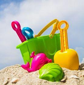 Playa, arena, rocas, bañistas        Piscina, escaleras para bajar           Patinetes de agua a pedales        Toalla        Sombrer...