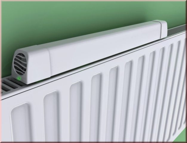 Im Innenleben des Wärmeboosters befindet sich ein Thermostat, welches bei Erreichung von 30°C den integrierten Lüfter einschaltet. Er saugt die warme Luft an und verteilt diese gleichmäßig in den Raum.  So werden auch kältere Stellen in Räumen mit Wärme versorgt, was dazu führt, dass das Heizkörper Thermostat um 1-3 Grad gesenkt werden kann.