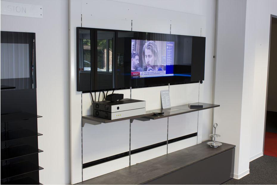 LCD Küchenrückwand hinter schwarz lackiertem Glas mit HD Fernsehen - lackiertes glas küchenrückwand
