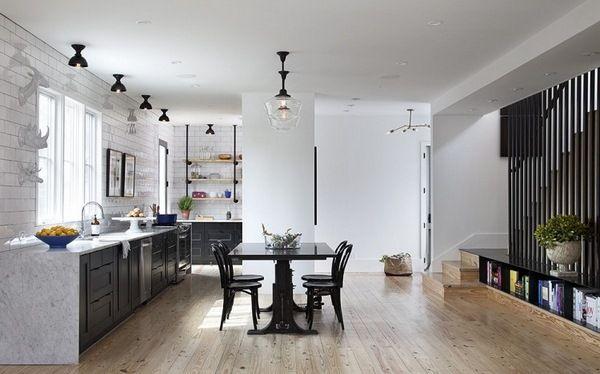 Cuisine Noire Parquet Carrelage Mural Blanc Noir Sous Façades Du0027armoires De Table  Chaises Lampes