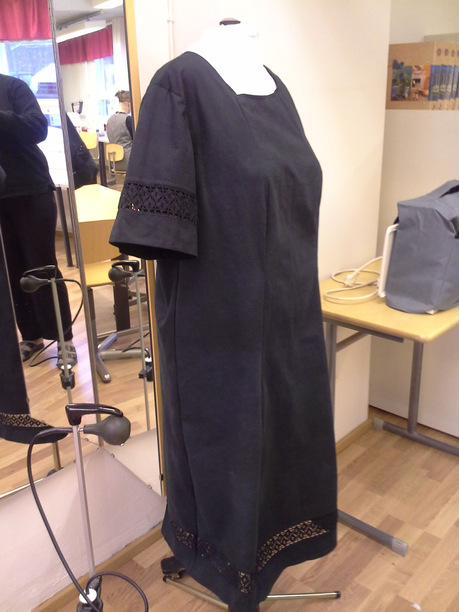 Mustaksi värjätystä pitsilakanasta ommeltu mekko / Dress made from old lacesheets