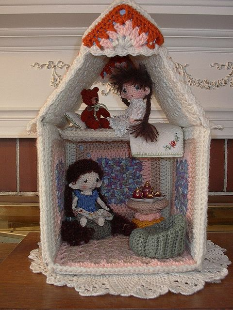 My crochet mini dollhouse. House is about 3 inches scale, each of ... | 640x480