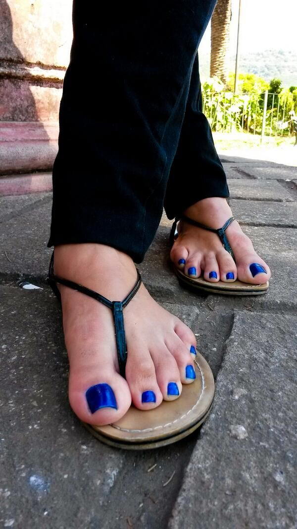 Young girls feet flip flops — 15