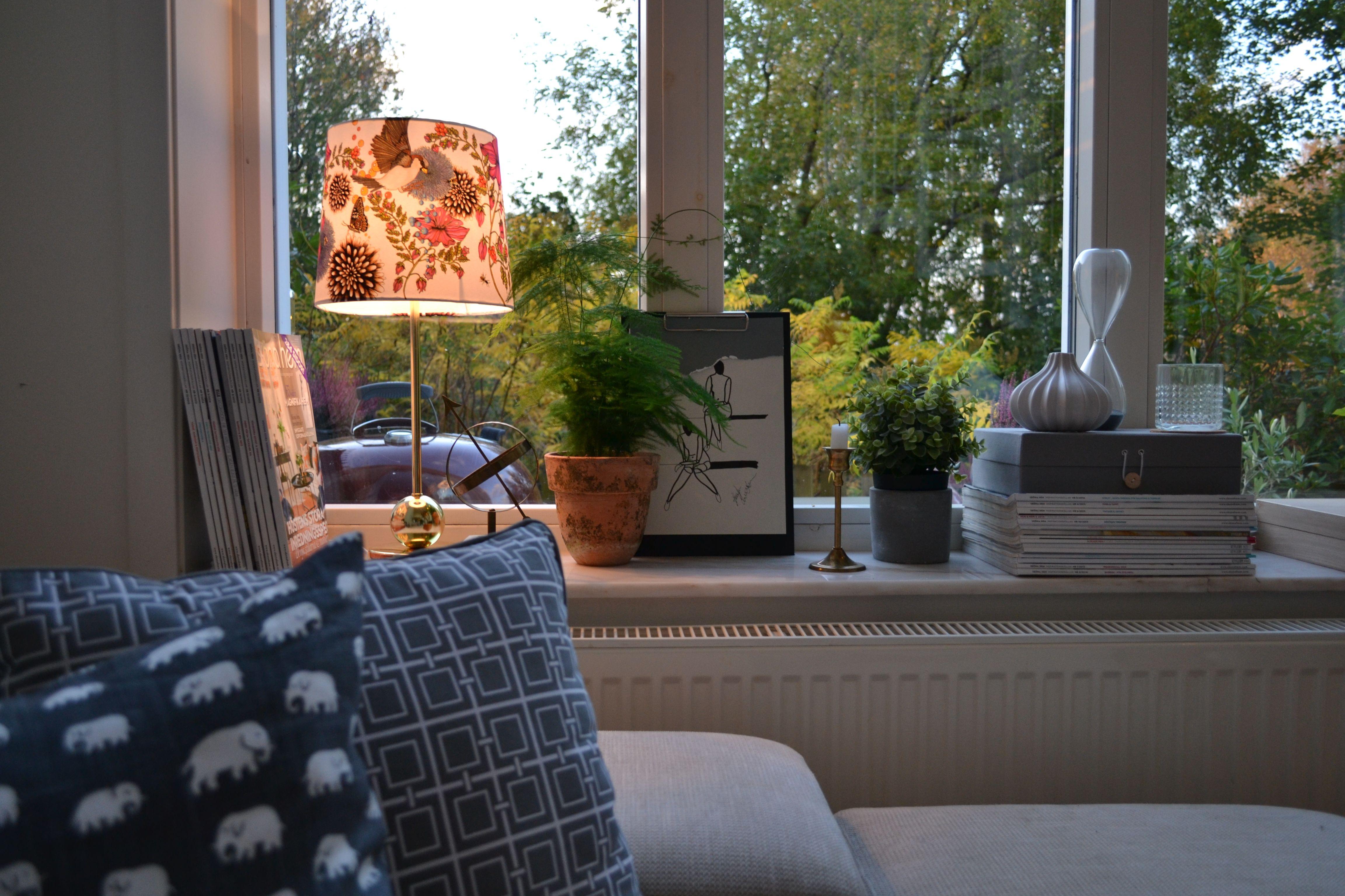 I mitt vardagsrumsfönster - svenskt tenn, hemtex, marmor, mässing ...