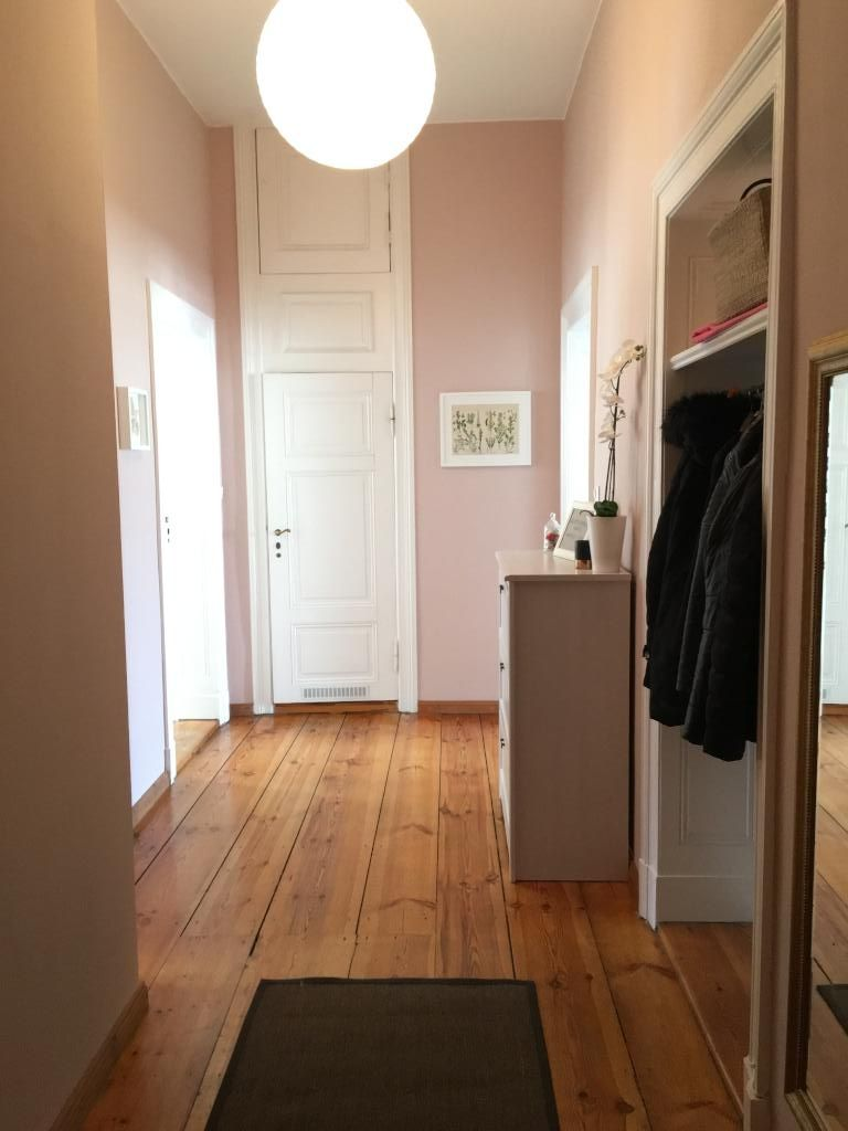 flur mit holzdielen in wundersch ner altbauwohnung nahe tiergarten und spree wohnung in berlin. Black Bedroom Furniture Sets. Home Design Ideas