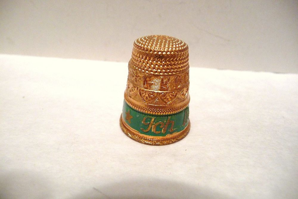 """Vintage Tombac thimble by Settmacher, made in Austria. Featuring a tiered thimble that says in German """"Gedenke Mein"""", which means """"Think of Me"""". On the green enamel it says """"Ich Liebe Dich"""", which means """"I Love You""""."""