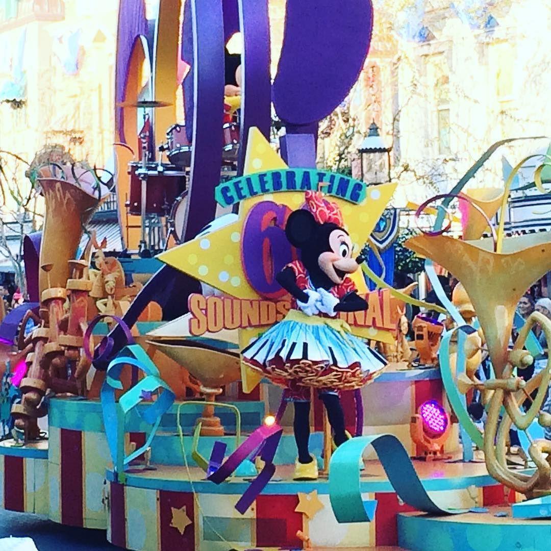 Just love this gal.  #Minnie #minniemouse #disney #disneyland #disneyaddict #disneyparade #parade #soundsational #soundsationalparade #paradefloat #lovedisney #loveminnie #melissayourmouseexpert #california #anaheim #dress #cute #fun #purple #blue #disneycharacter #summer #summervacation #disneyvacation #beautiful #stylish #themepark #disneypark by melissayourmouseexpert