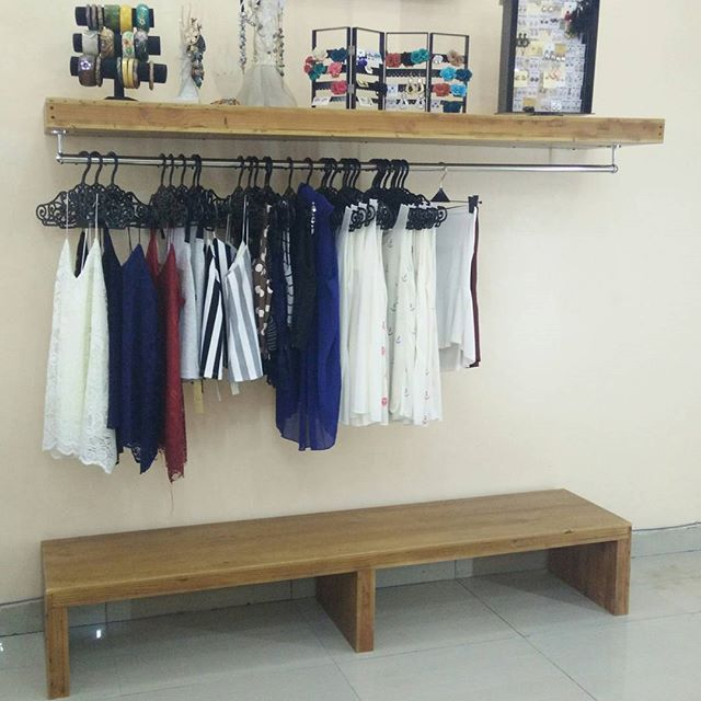 Rak Gantungan Baju Dan Bawah Tempat Display Sepatu Atau Tas Menggunakan