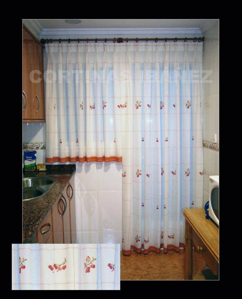 Visillos de cocina instalados en un conjunto de madera con - Cortinas con riel ...