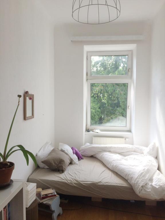 Gemutliches Wg Zimmer Mit Nachttisch Aus Buchern Flauschiger Bettwasche Und Einem Schlafplatz Vor Dem Fenster Wg Zimmer Wg Zimmer