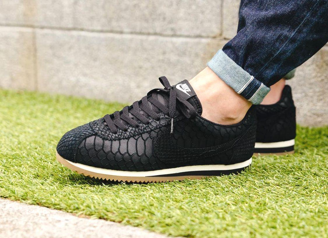 on sale 3a614 7a1e0 Découvrez une Nike Cortez Premium (homme) en cuir noir avec des écailles de  serpent embossées. Un modèle de la collection automne 2016.