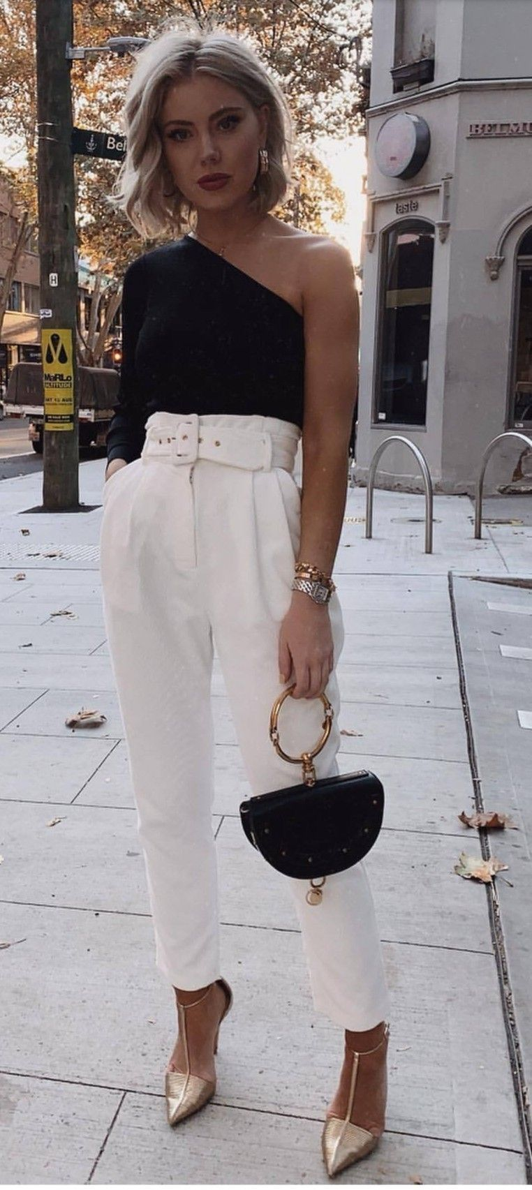Love this black and white casual chic outfit.