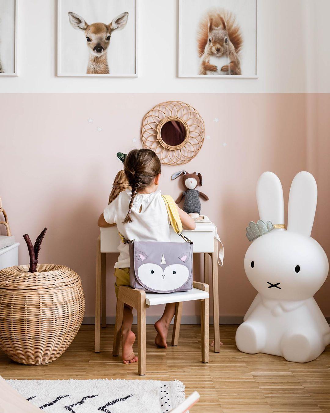 Miniundstil Kinderzimmer Madchenzimmer Kinderpult Miffy Lampe Kindergartentasche Apfel Rattankorb Kinderzimmer Kinder Zimmer Kinderzimmerdekoration