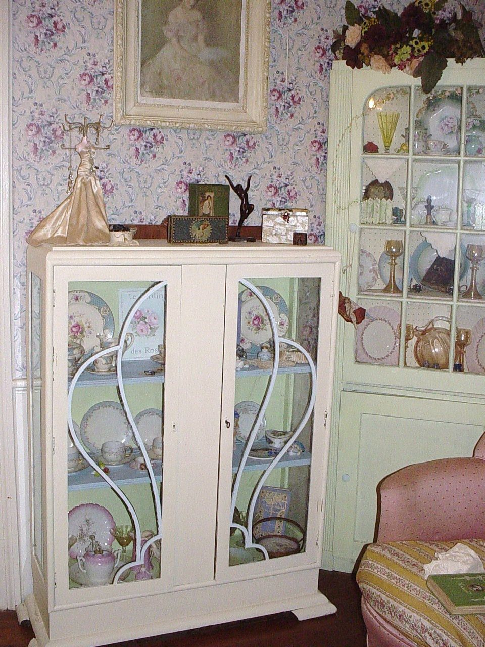 vintage art deco china cabinet glass doors repainted shabby chic cottage fret work upcycled. Black Bedroom Furniture Sets. Home Design Ideas