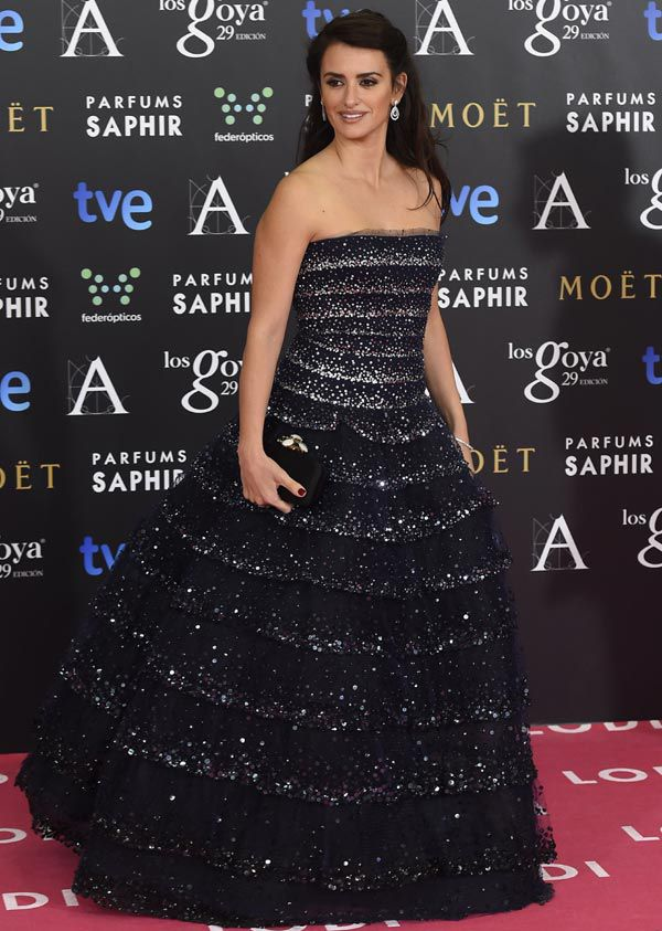 This Oscar de la Renta sequin-embellished navy tulle gown worn by ...