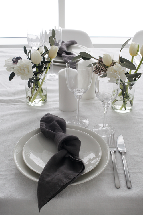 Seven Table Setting Ideas We Re Loving For A Holiday Dinner White Table Settings Table Decorations Simple Table Settings