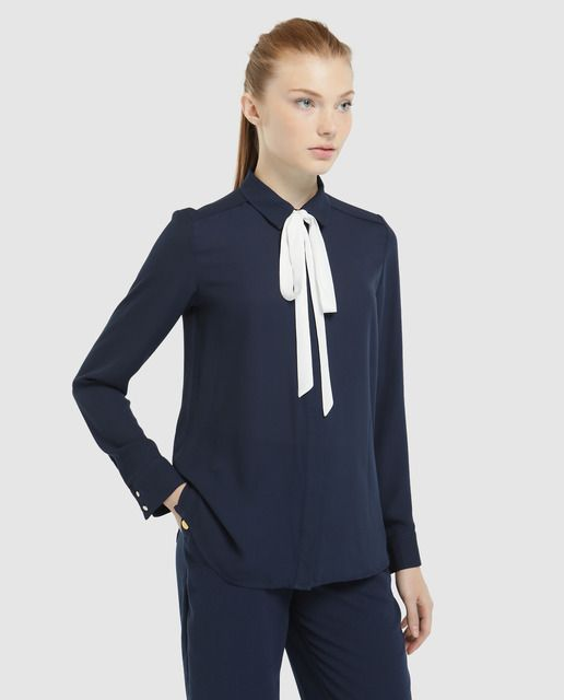 e60b1f764e Camisa en color azul marino con adorno de lazo en el cuello. Tiene manga  larga