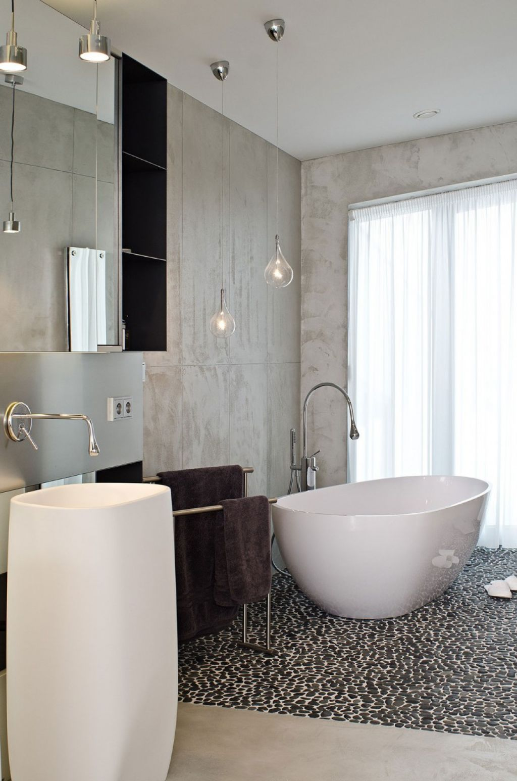 Minimalist White Porcelain Bathtub For Small Bathroom Some The Best Samples Of Minimalist Modern Tubs For Small Bathrooms