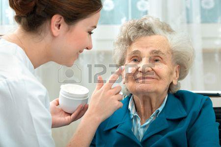 Enfermera Ayuda A Una Anciana Con Las Medidas De Cuidado De La Piel Y La Higiene En El Hogar Cuidado De Ancianos Ancianos Actividad Fisica Y Salud