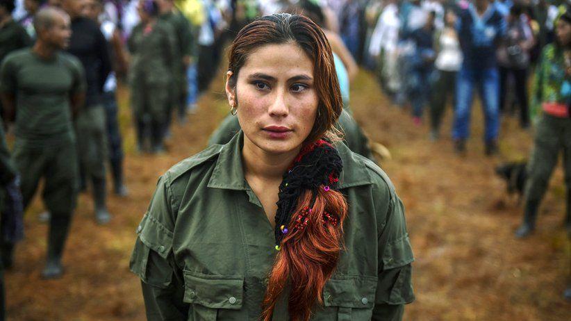 ZEIT ONLINE -  Eine Farc-Kämpferin bei der zehnten Konferenz der Guerillaorganisation im September dieses Jahres in Llanos del Yarí, Kolumbien © Luis Acosta/AFP/Getty Images