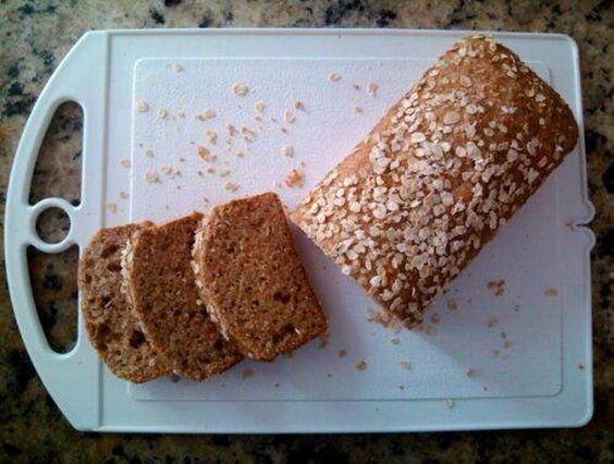 Fazer pão de liquidificador virou meu mais novo vício e, depois de acertar duas receitas mais básicas (Pão de forma fácil e Pão de forma integral), resolvi arriscar mais. Juntei um pouco de aveia e...
