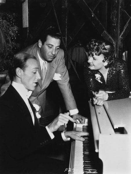 Fred With Director Mark Sandrich And Co Star Virginia Dale On The Set Of Holiday Inn Classic Film Stars Fred Astaire Musical Movies